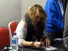 billie-piper-signing-autographs-at-collectormania-1