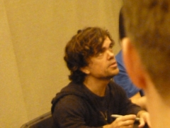 peter-dinklage-signing-autographs-at-london-film-and-comic-con-02