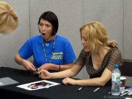 gillian-anderson-signing-autographs