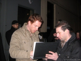 damian-lewis-signing-autographs